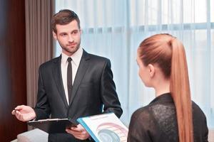 reunião de negócios com colegas foto