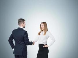 jovem casal na reunião de negócios. foto
