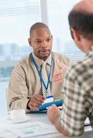 conversando com empregado