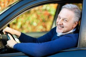 homem dirigindo seu carro foto