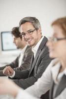 retrato de homem de negócios durante uma reunião foto