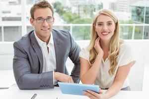 pessoas de negócios usando tablet digital foto