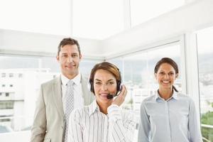 empresários confiantes no escritório foto
