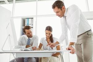 pessoas de negócios em reunião no escritório foto