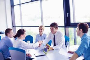 grupo de pessoas de negócios em uma reunião no escritório foto
