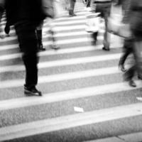 pessoas da cidade em negócios andando rua borrão de movimento foto