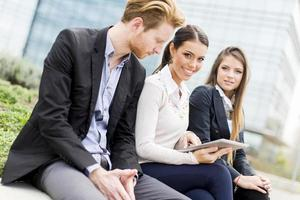 jovens empresários ao ar livre foto