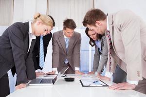 pessoas de negócios, trabalhando na mesa de conferência foto