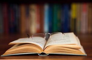 óculos em um livro