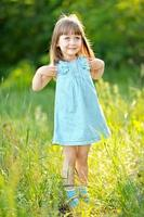 retrato de menina ao ar livre no verão foto