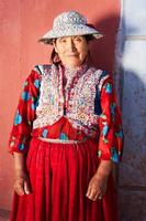 mulher peruana em roupas nacionais, chivay, peru