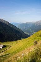 olhando para baixo em um vale nos Alpes europeus