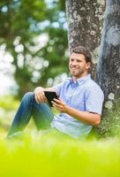 homem lendo e-book foto
