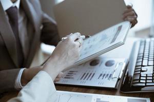empresários discutindo as tabelas e gráficos mostrando os res
