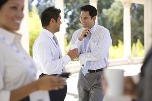 empresários tomando café ao ar livre foto