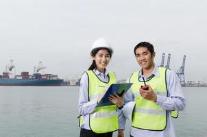 empresários reunidos em porto logístico.