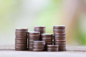 pilha de moedas de prata no conceito de crescimento do negócio no assoalho de madeira. foto