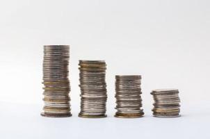 gráfico de moedas e negócios sobre fundo branco foto