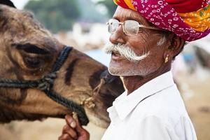 proprietário de camelo em pushkar, Índia foto