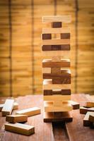 jogo de torre de bloco de madeira para crianças. foto