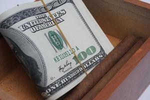 dinheiro e charutos foto