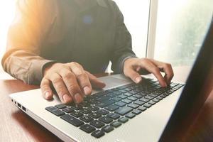 mão de homem de negócios trabalhando no computador portátil foto