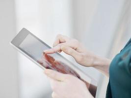 mesa digital mão de mulher foto