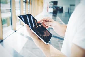 tablet em branco, segurando nas mãos masculinas, ele vestindo um branco foto