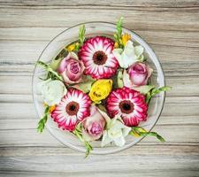 arranjo com flores rosas e gerberas