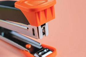 grampeador de escritório isolado foto