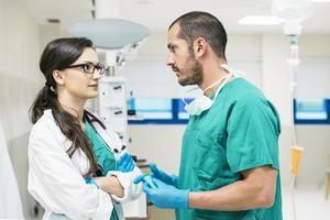 trabalhadores da equipe médica falando foto