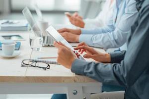 equipe de negócios, trabalhando na mesa de escritório foto