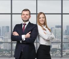 casal de negócios estão de pé em um escritório moderno foto