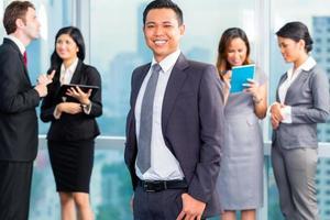 empresários asiáticos tendo reunião no escritório foto