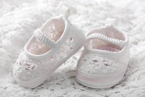 botinhas de bebê branco foto