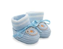sapatinhos de lã para o bebê, isolados. foto