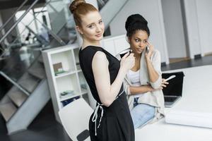 jovens mulheres no escritório foto