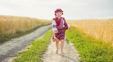 garota com o traje nacional ucraniano foto