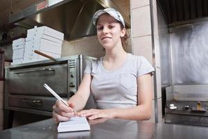 tirar garçonete no restaurante de pizza foto