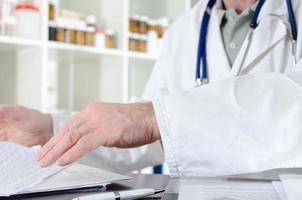 médico trabalhando em sua mesa foto