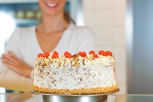padeiro feminino ou chef de pastelaria com torta foto