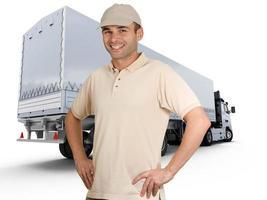 motorista de caminhão fica na frente do caminhão de entrega foto