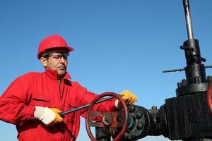 técnico de válvula de plataforma de petróleo no trabalho
