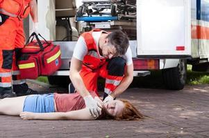 serviço de emergência trabalhando na rua foto