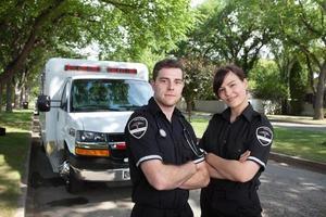 retrato de paramédico com ambulância foto