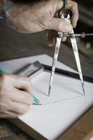 homem medindo e projetando madeira foto