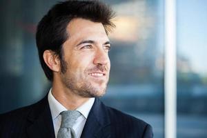 retrato do empresário, olhando para a distância foto