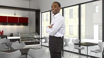 jovem garçom de cabeça preta profissional em um restaurante foto