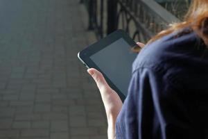 mulheres de negócios ruiva segurando o tablet pc nos braços. em branco foto