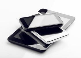 tablet digital e dois telefones inteligentes foto